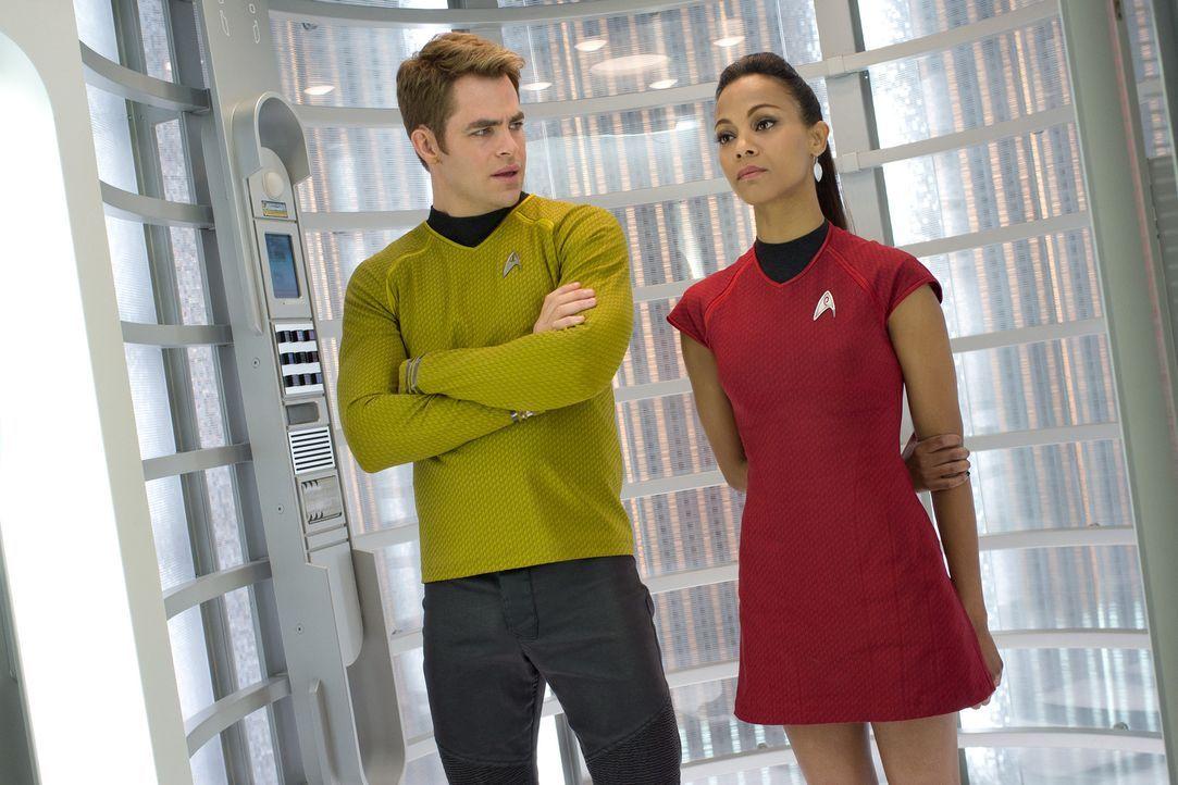 Schon bald müssen Kirk (Chris Pine, l.) und Uhura (Zoe Saldana, r.) feststellen, dass John Harrison jedes Mittel recht ist, um seine Leute freizupre... - Bildquelle: Zade Rosenthal 2013 Paramount Pictures.  All Rights Reserved.