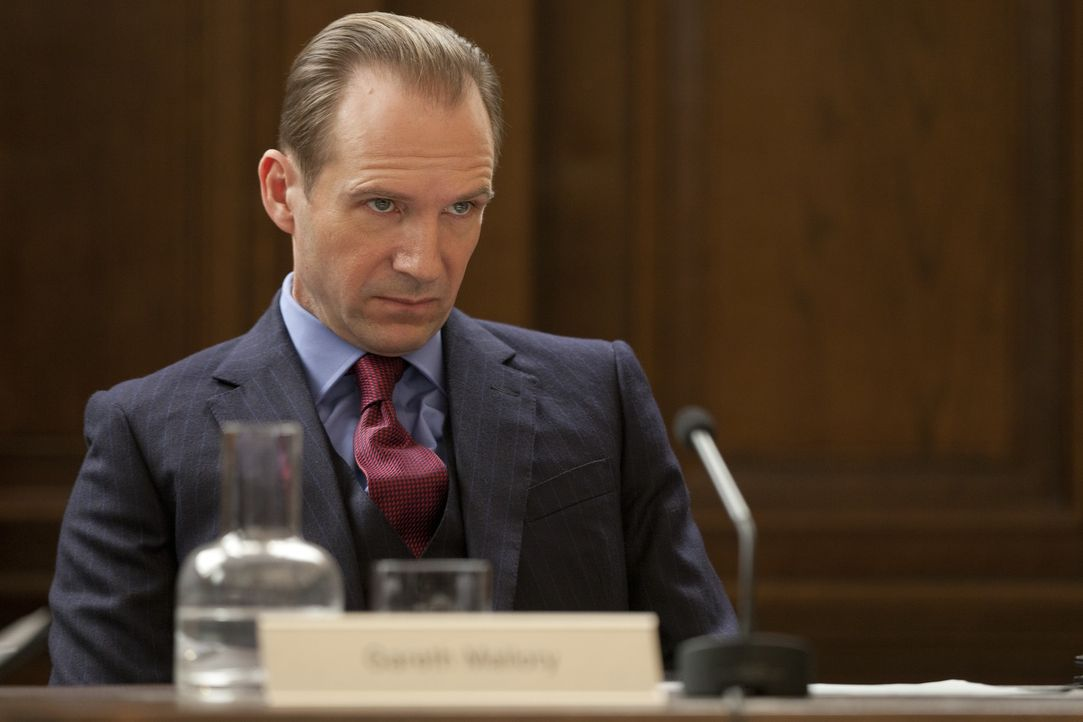 Die Regierung schickt Geheimdienstkoordinator Gareth Mallory (Ralph Fiennes) los, nachzuprüfen, ob die Leiterin des britischen Geheimdienstes für ih... - Bildquelle: Skyfall   2012 Danjaq, LLC, United Artists Corporation and Columbia Pictures Industries, Inc. All rights reserved.
