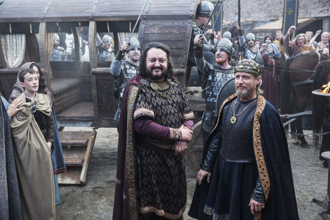 Während sich Ragnar und König Horik darüber streiten, wie es mit Jarl Borg weitergehen soll, trifft König Ecbert (Linus Roache, vorne r.) in Wessex... - Bildquelle: 2014 TM TELEVISION PRODUCTIONS LIMITED/T5 VIKINGS PRODUCTIONS INC. ALL RIGHTS RESERVED.