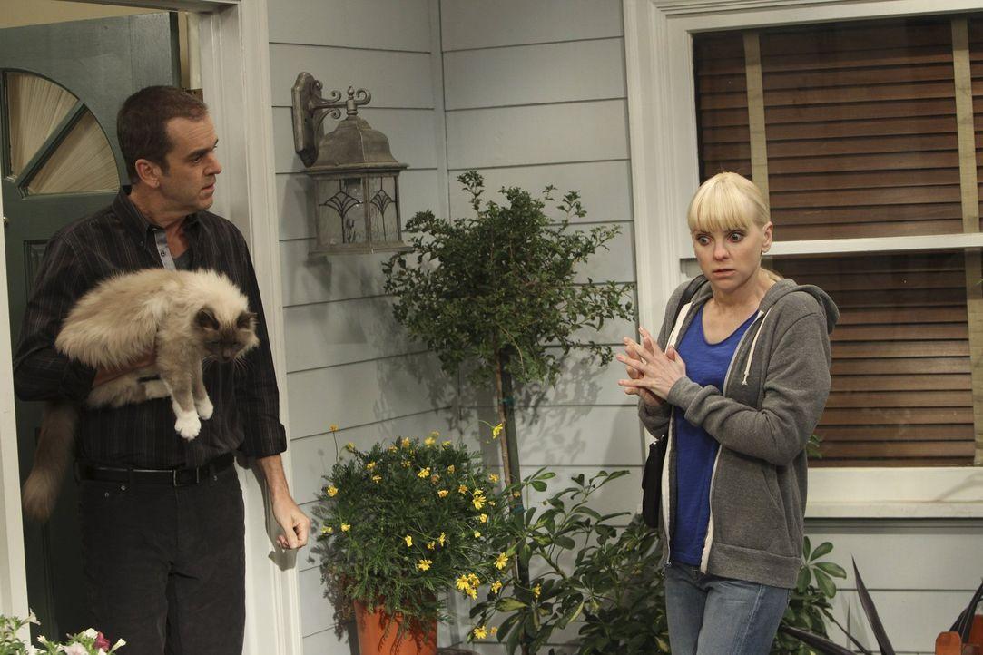 Christy (Anna Faris, r.) sucht Marjories Sohn Jerry (Matt Roth, l.) auf, um ihn über die Krebserkrankung seiner Mutter aufzuklären. Doch seine Reakt... - Bildquelle: Warner Brothers Entertainment Inc.