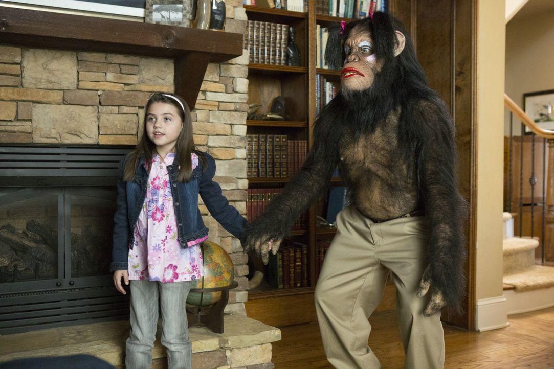 Der Schimpanse Caesar mag zwar ein ungewöhnlicher Spielkamerad für die kleine Kathy (Gracie Whitton) sein, doch wenigstens stellt er sich schlauer a... - Bildquelle: 2013 Constantin Film Verleih GmbH.