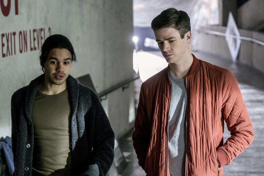 Barry (Grant Gustin, r.) reist in die Zukunft und muss feststellen, dass sich dort einiges zum Negativen verändert hat. Kann der Cisco (Carlos Valde... - Bildquelle: 2016 Warner Bros.