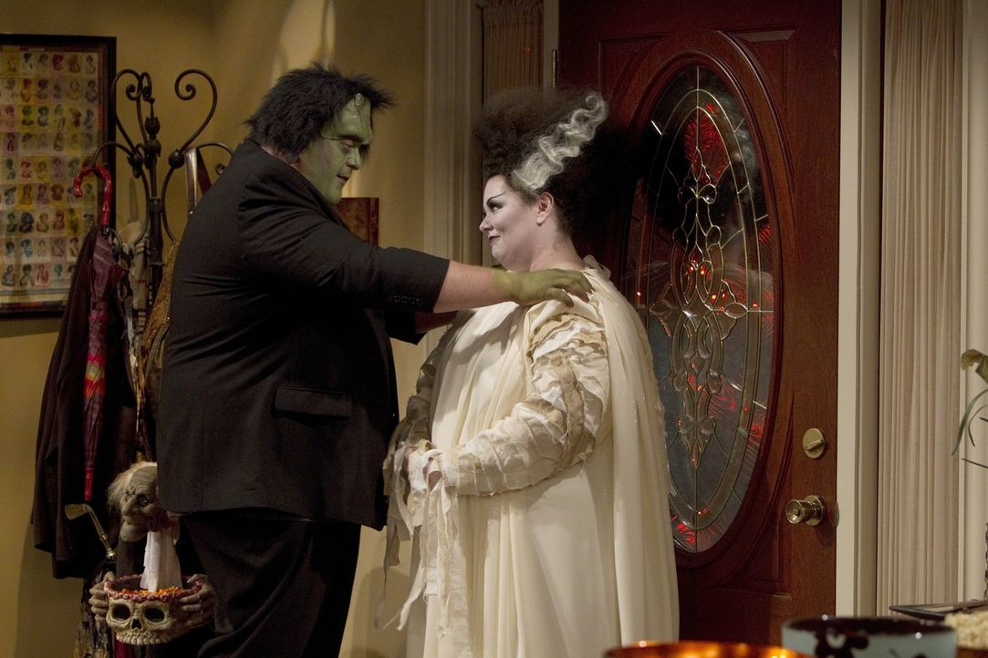 Widerwillig geht Mike (Billy Gardell, l.) mit Molly (Melissa McCarthy, r.) zur Halloweenparty ihres Chefs ... - Bildquelle: Warner Brothers
