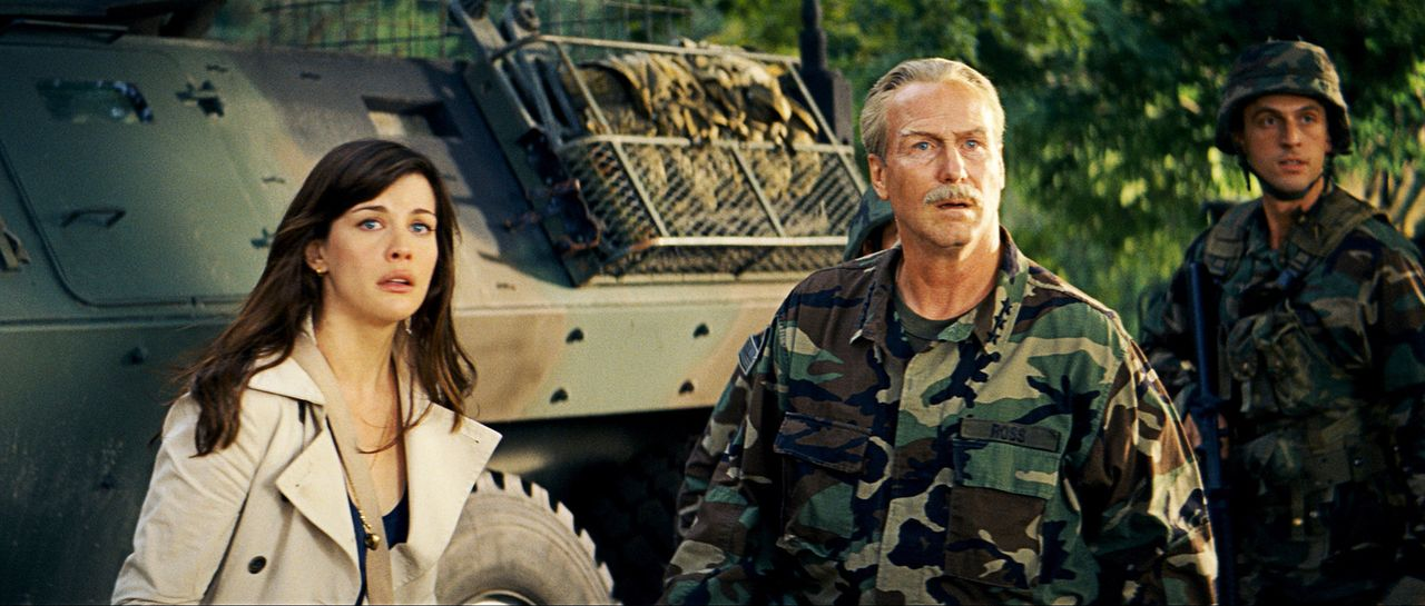"""Während ihr Vater, """"Thunderbolt"""" Ross (William Hurt, M.) versucht, um Bruce Banner in seine Gewalt zu bringen, damit er ihn für militärische Zwec... - Bildquelle: 2008 Marvel Entertainment, Inc. And ist subsidiaries. All Rights Reserved."""