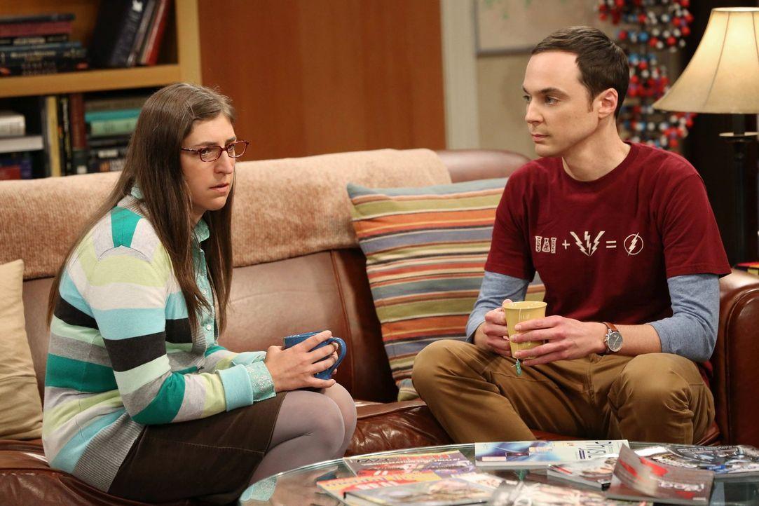Sheldon (Jim Prasons, r.) und Amy (Mayim Bialik, l.) vermuten, dass Penny ihren Freund Leonard betrügt. Doch werden sie damit Recht behalten? - Bildquelle: Warner Bros. Television