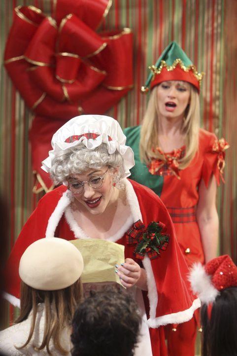 Als Santa's kleine Helfer beschenken Max (Kat Dennings, l.) und Caroline (Beth Behrs, r.) in einem Kaufhaus Kinder. Unerwartet blüht Max in diesem... - Bildquelle: Warner Brothers