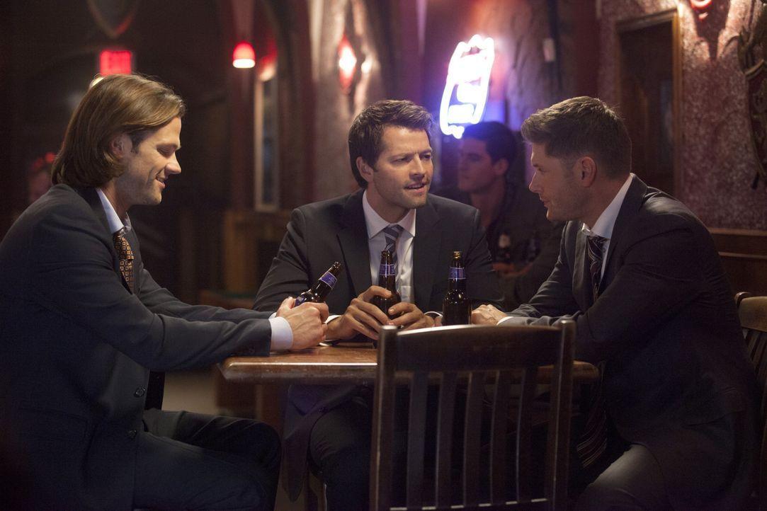 Sam (Jared Padalecki, l.) und Dean (Jensen Ackles, r.) untersuchen ein Massaker, bei dem mehrere Engel ihre Leben verlieren und treffen bei ihren Er... - Bildquelle: 2013 Warner Brothers