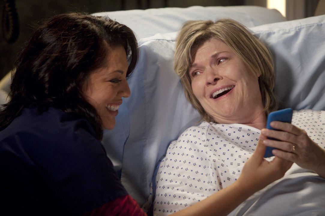 Georges Mutter Louise (Debra Monk, r.) wird ins Seattle Grace eingeliefert. Callie (Sara Ramirez, l.) traut sich nicht, ihrer ehemaligen Schwiegermu... - Bildquelle: ABC Studios