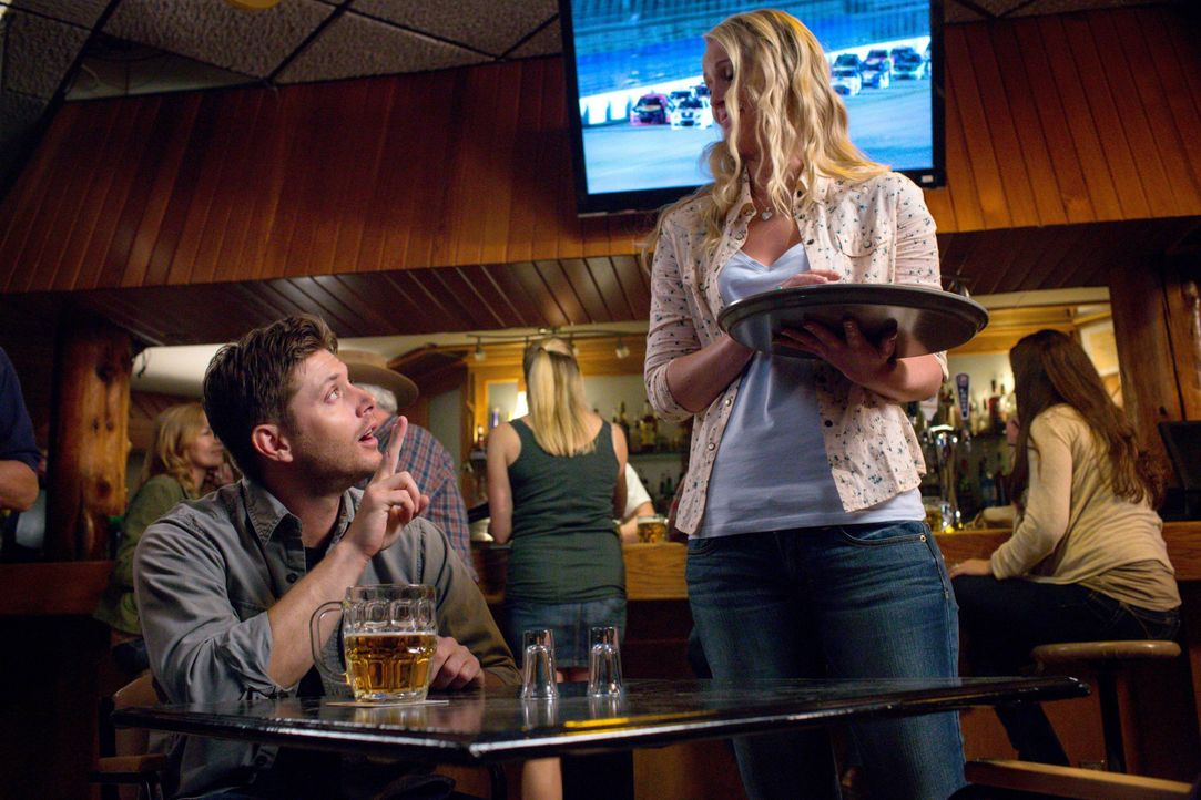 Als Dean (Jensen Ackles, l.) die hübsche Ann Marie (Emily Fonda, r.) in einer Bar kennenlernt, versucht Crowley ihm klarzumachen, dass sie keine Abl... - Bildquelle: 2016 Warner Brothers