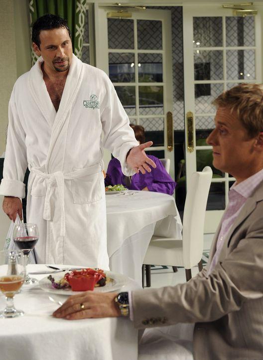 Als George (Jeremy Sisto, l.) sich endlich dazu entscheidet dem Country Club beizutreten, scheint Noah (Alan Tudyk, r.) zu versuchen, seine Aufnahme... - Bildquelle: Warner Bros. Television
