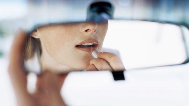 Blonde Frauen sollten zu hellen Lippenstift-Nuancen greifen
