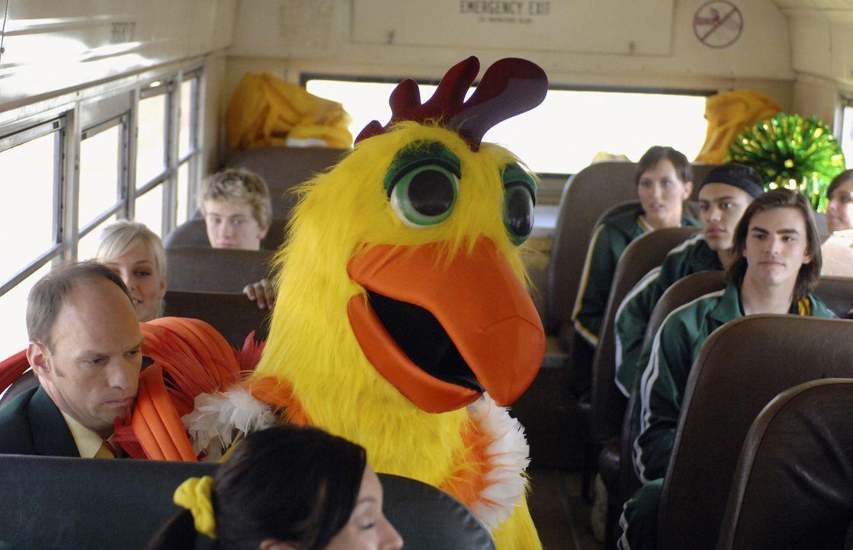 Schon bald wird der im Hühnerkostüm steckende Pete (Jason Dolley) zum umjubelten Highschool-Maskottchen. Doch alle glauben, dass sein Freund Cleat... - Bildquelle: Disney Enterprises, Inc. All rights reserved.