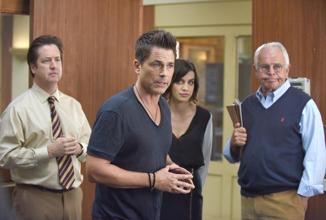 Dean (Rob Lowe, 2.v.l.) macht seinem Bruder vor Todd (Steve Little, l.), Claire (Natalie Morales, 2.v.r.) und Dean Sr. (William Devane, r.) eine Sze... - Bildquelle: 2015-2016 Fox and its related entities.  All rights reserved.