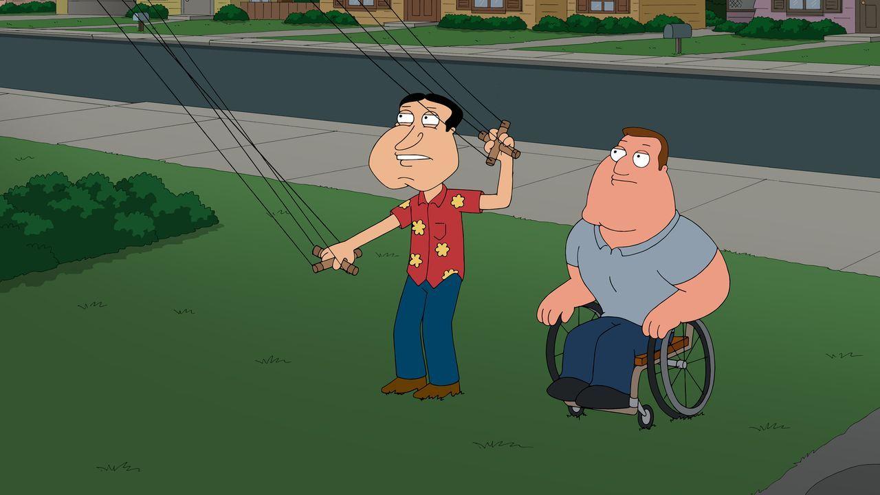Versuchen, Peter bei seinem Problem zu helfen: Joe (r.) und Quagmire (l.) ... - Bildquelle: 2014 Twentieth Century Fox Film Corporation. All rights reserved.
