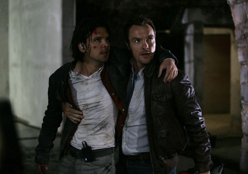 Nur dank Matts (Ciaran McMenamin, r.) heldenhaftem Einsatz, kommt Connor (Andrew Lee Potts, l.) mit dem Leben davon ... - Bildquelle: ITV Plc