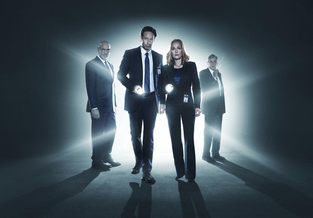 (1. Staffel) - Was, wenn alles in das sie geglaubt haben und für das sie gearbeitet haben eine Lüge wäre? Mulder (David Duchovny, 2.v.l.), Scully (G... - Bildquelle: 2016 Fox and its related entities.  All rights reserved.