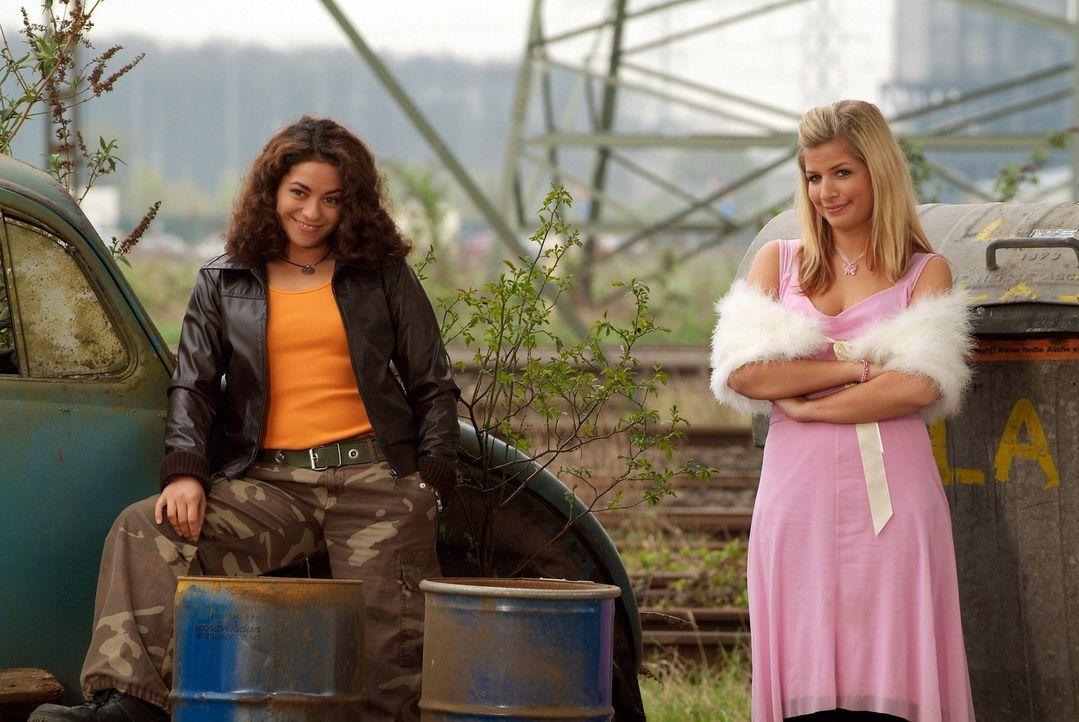 Gina (Susan Sideropoulos, r.) und Yüksel (Türkiz Talay, l.) ahnen noch nicht, dass ihre Liebsten mal wieder ganz dick in Schwierigkeiten stecken ... - Bildquelle: action image