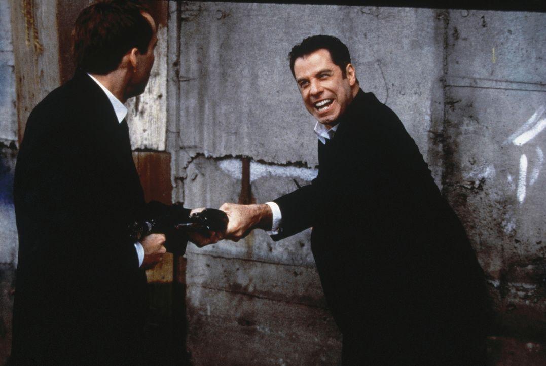 Mittels eines chirurgischen Eingriffs wird FBI-Agent Sean Archer (John Travolta, r.) das Gesicht seines vermeintlich toten Feindes aufgesetzt, um de... - Bildquelle: Touchstone Pictures