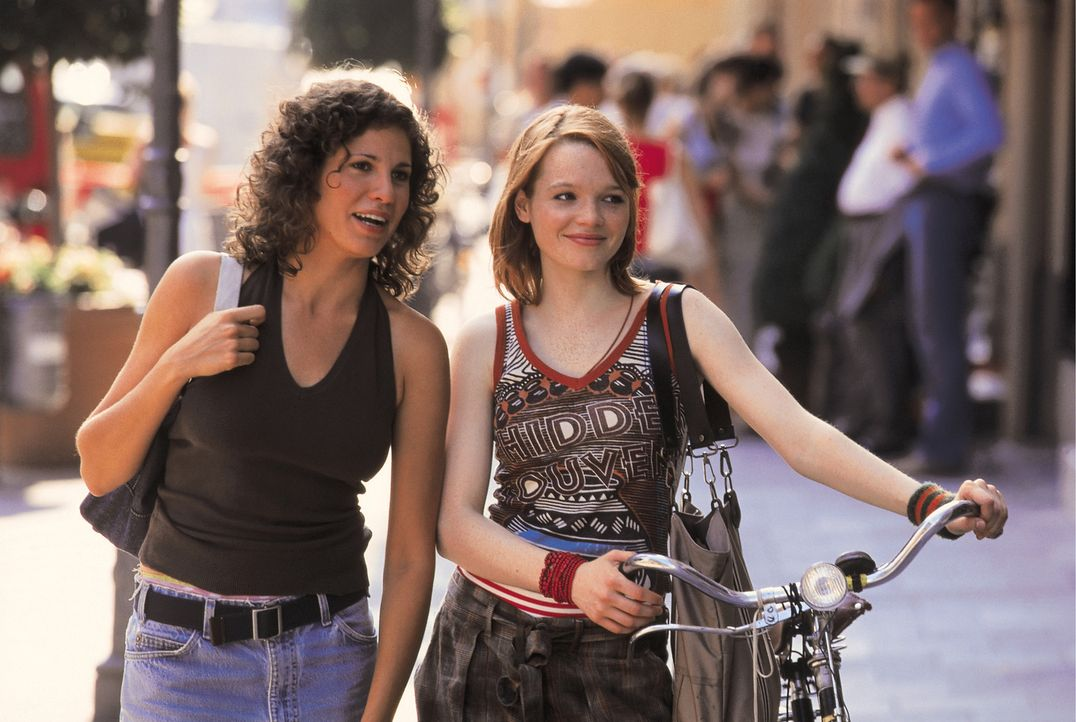 Müssen sich mit zahlreichen Liebesproblemen herumschlagen: Lucy (Jasmin Gerat, l.) und Lena (Karoline Herfurth, r.) ... - Bildquelle: Constantin