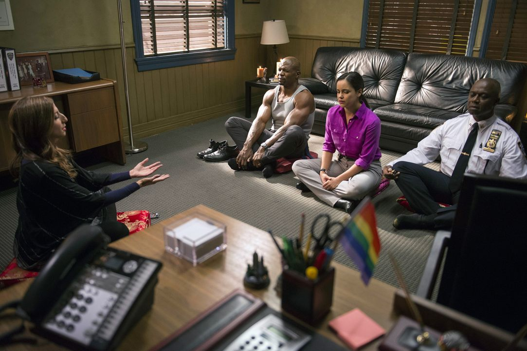 (v.l.n.r.) Gina Linetti (Chelsea Peretti); Terry Jeffords (Terry Crews); Amy Santiago (Melissa Fumero); Captain Ray Holt (Andre Braugher) - Bildquelle: Erica Parise 2014 UNIVERSAL TELEVISION LLC. All rights reserved / Erica Parise