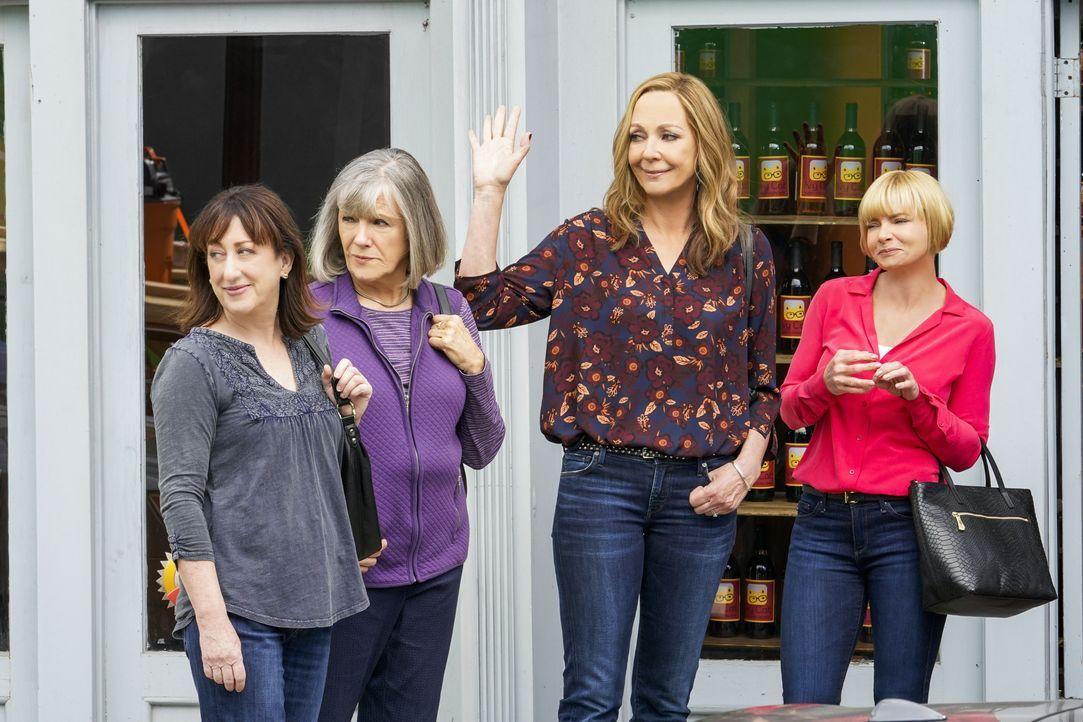 (v.l.n.r.) Wendy (Beth Hall); Marjorie (Mimi Kennedy); Bonnie (Allison Janney); Jill (Jaime Pressly) - Bildquelle: Warner Bros. Entertainment, Inc.