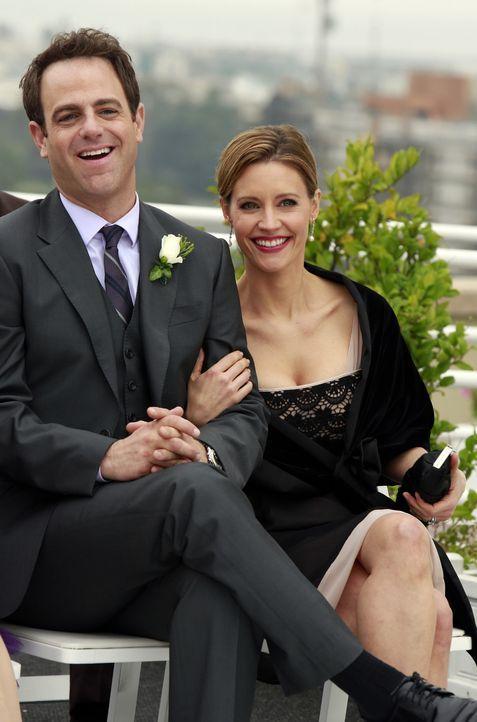 Freuen sich für das Brautpaar: Cooper (Paul Adelstein, l.) und Charlotte (KaDee Strickland, r.) ... - Bildquelle: ABC Studios