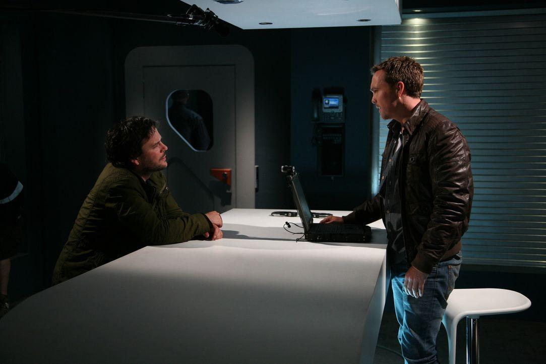 Während Connor ein Gerät entwickelt hat, mit dem er ermitteln kann, in welches Jahr eine Anomalie führt, muss Matt (Ciaran McMenamin, r.) in eine... - Bildquelle: ITV Plc