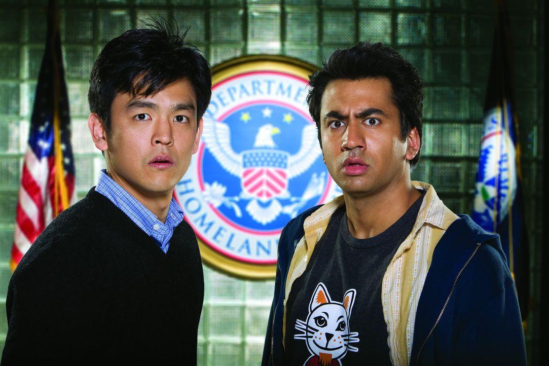 Auf dem Weg nach Amsterdam wird im Flugzeug Kumars selbstentwickelte rauchfreie Bong für eine Bombe gehalten. Harold (John Cho, l.) und Kumar (Kal... - Bildquelle: Warner Bros.