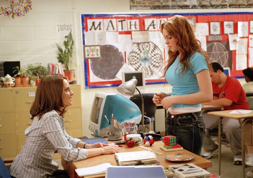 Während die Mathelehrerin Ms. Norbury (Tina Fey, l.) noch an das Gute im Menschen glaubt, hat Cady (Lindsay Lohan, r.) längst begriffen, dass an ein... - Bildquelle: Paramount Pictures