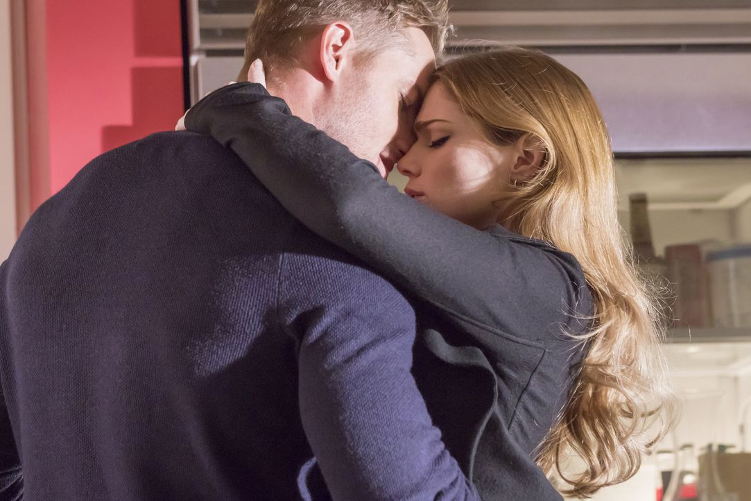 Haben sie doch eine Chance auf eine gemeinsame Zukunft? Kevin (Justin Hartley, l.) und seine Schauspielkollegin Olivia (Janet Montgomery, r.) ... - Bildquelle: Ron Batzdorff 2016-2017 Twentieth Century Fox Film Corporation.  All rights reserved.   2017 NBCUniversal Media, LLC.  All rights reserved.