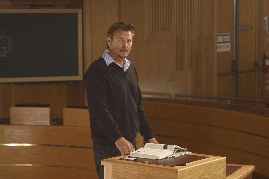 Professor Graves (Greg Evigan) ahnt nicht, dass auf dem Campus unheimliche Dinge geschehen ... - Bildquelle: 2008   Warner Brothers
