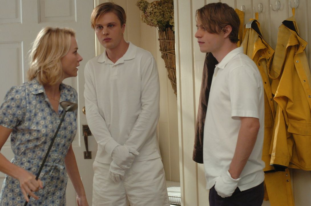 Paul (Michael Pitt, M.) und Peter (Brady Corbet, r.) sind zwar sehr höflich, dennoch fühlt sich Ann (Naomi Watts, l.) in ihrer Gegenwart nicht woh... - Bildquelle: 2008 Warner Brothers