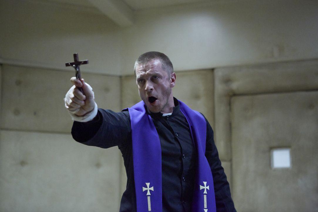 Im Kampf gegen das Böse soll Priester John Barrow (Devon Sawa) einen Exorzismus durchführen. Mit der Kraft Gottes setzt er alles daran, Molly das Bö... - Bildquelle: 2015 Twentieth Century Fox Film Corporation. All rights reserved.