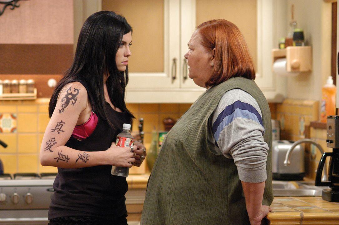Isabelle (Jodi Lyn O?Keefe, l.) versucht alles, um Berta (Conchata Ferrell, r.) aus dem Haus zu ekeln ... - Bildquelle: Warner Brothers Entertainment Inc.