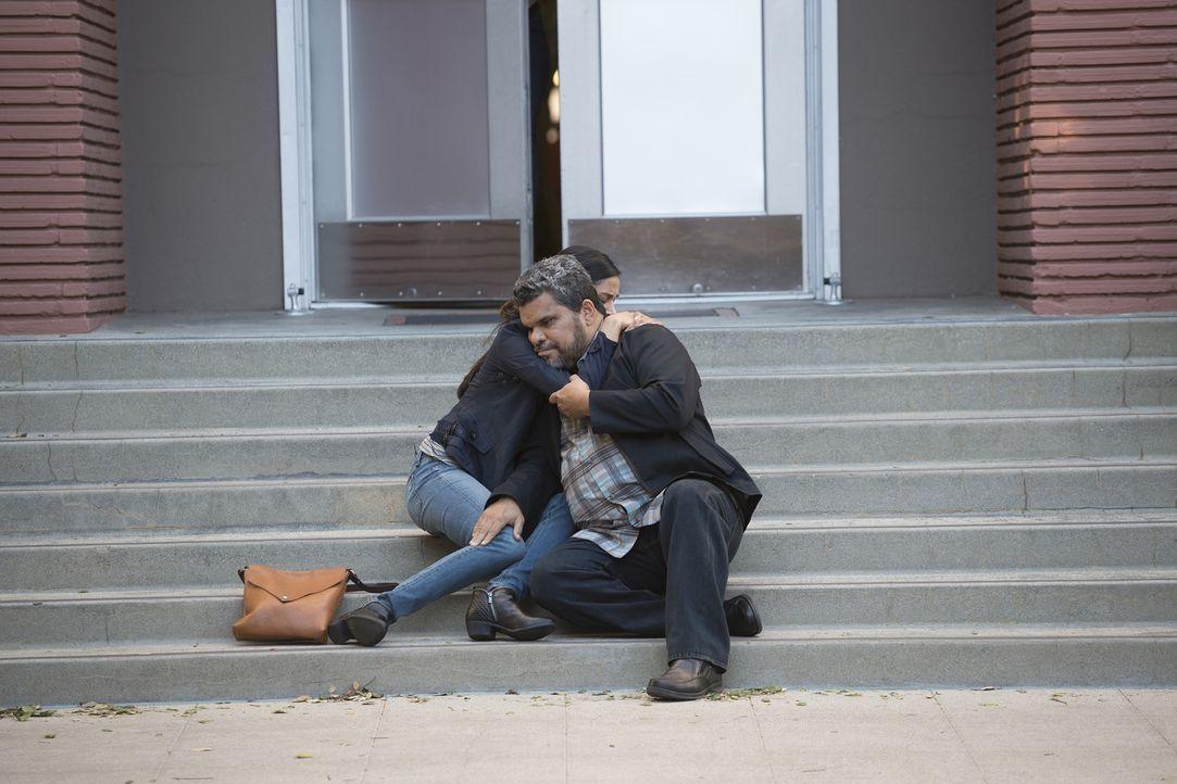 Malaya (Melanie Chandra, l.) sucht Jesses (Luis Guzman, r.) Beistand, als sie erfährt, wie schlecht es wirklich um ihre Exfreundin Carla steht ... - Bildquelle: Neil Jacobs 2016 ABC Studios. All rights reserved.