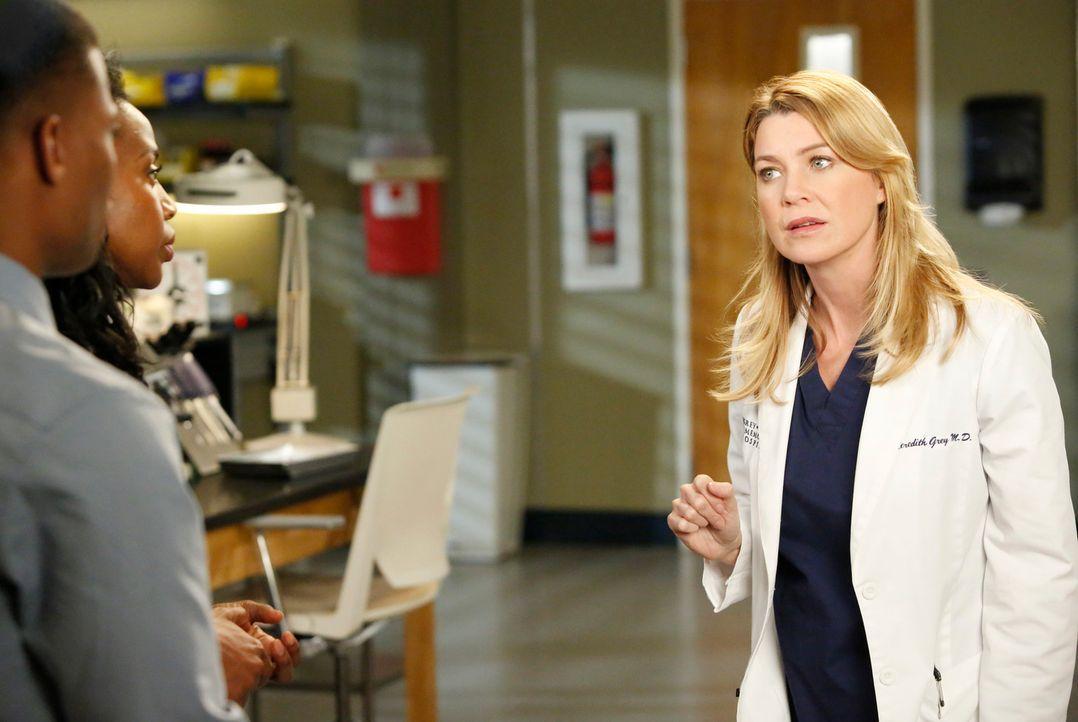 Während Jackson und April auf Drängen von Jacksons Mutter einen Ehevertrag unterschreiben sollen, stellt Meredith (Ellen Pompeo, r.) einen Assistent... - Bildquelle: ABC Studios
