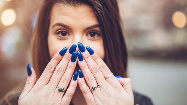 Schön lackierte Nägel in allen Farben und Variationen – doch wie verkürzt du...