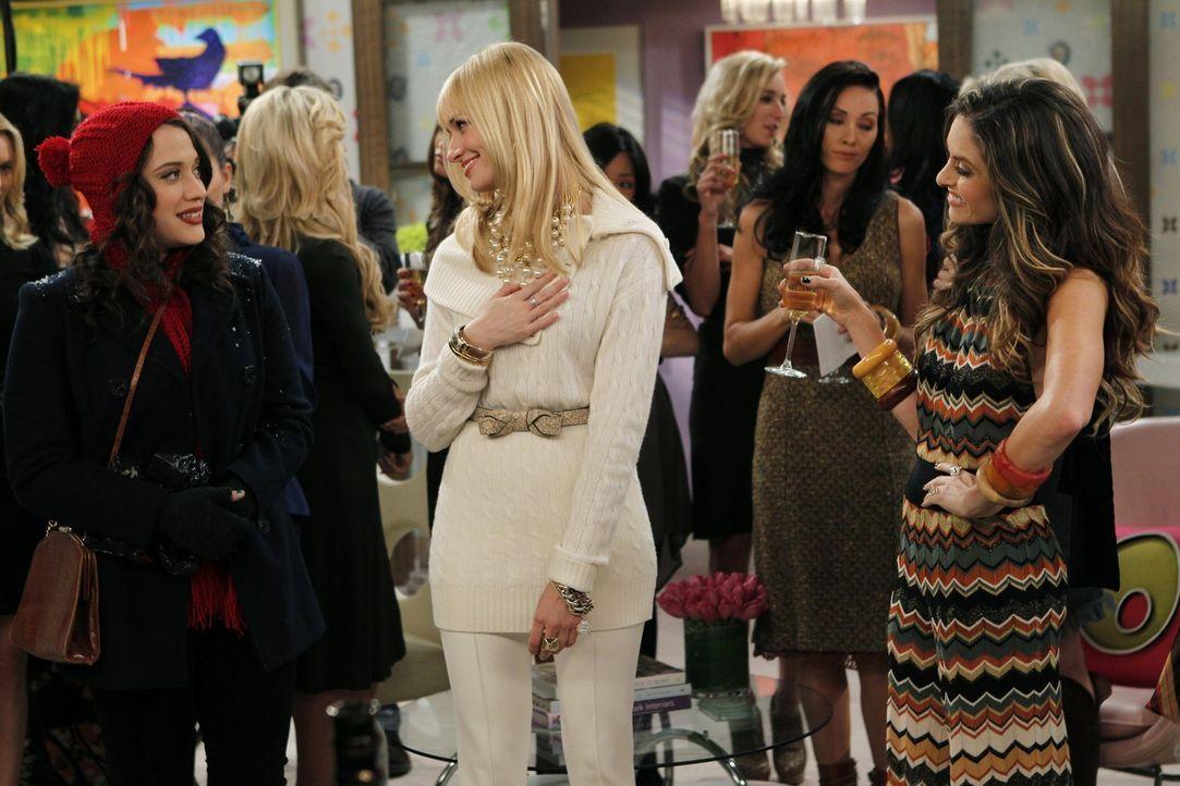 Caroline  (Beth Behrs, M.) ist überzeugt: Die reichen High-Society-Ladies um Peaches (Brooke Lyons, r.) müssen von ihrem Cupcake-Unternehmen ganz... - Bildquelle: Warner Brothers