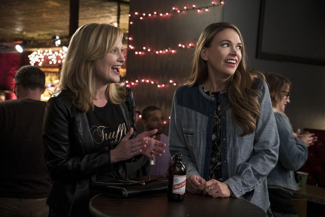 Michelle (Heidi Armbruster, l.); Liza (Sutton Foster, r.) - Bildquelle: Hudson Street Productions Inc 2016