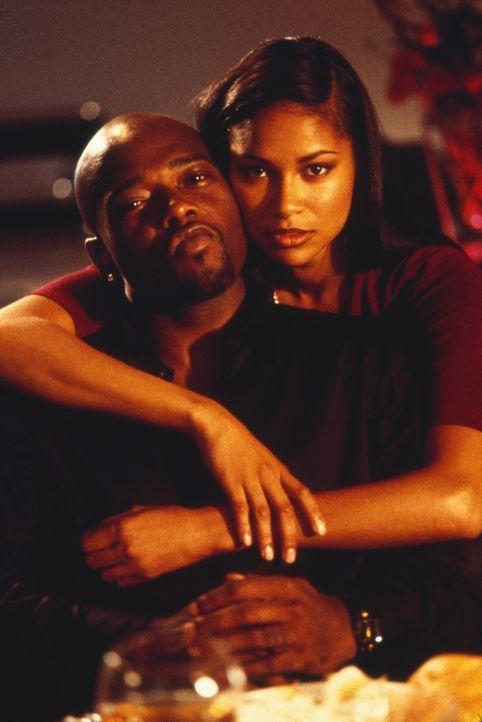 """Hylene (Shireen Crutchfield, r.) ahnt nicht, dass Malik Bishop (Anthony """"Treach"""" Criss, l.) einen lebensgefährlichen Weg eingeschlagen hat ... - Bildquelle: 2003 Sony Pictures Television International. All Rights Reserved."""