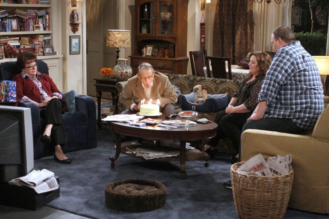 Peggy (Rondi Reed, l.) feiert den Geburtstag von ihrem Freund Dennis (William Sanderson, 2.v.l.), wozu Molly (Melissa McCarthy, 2.v.r.) und Mike (Bi... - Bildquelle: Warner Brothers