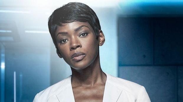 Caroline Chikezie als Dr. Major Nichole Sykes