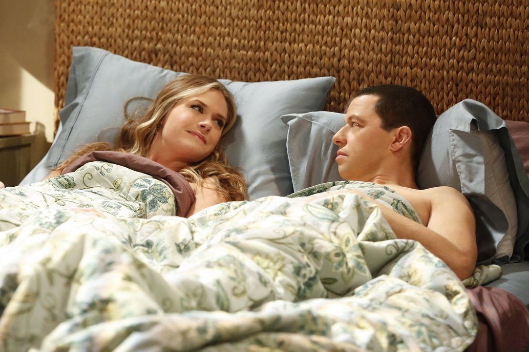 Hat ihre Beziehung eine Zukunft? Ms. McMartin (Maggie Lawson, l.) und Alan (Jon Cryer, r.) ... - Bildquelle: Warner Brothers Entertainment Inc.