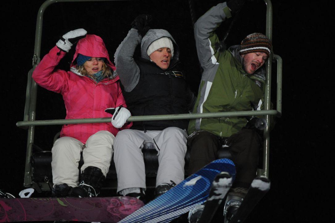 Bevor Joe (Shawn Ashmore, r.), Dan (Kevin Zegers, M.) und Parker (Emma Bell, l.) die Bergstation erreichen, hält der Skilift in großer Höhe abrup... - Bildquelle: Fred Hayes Frostbite Features, Inc.