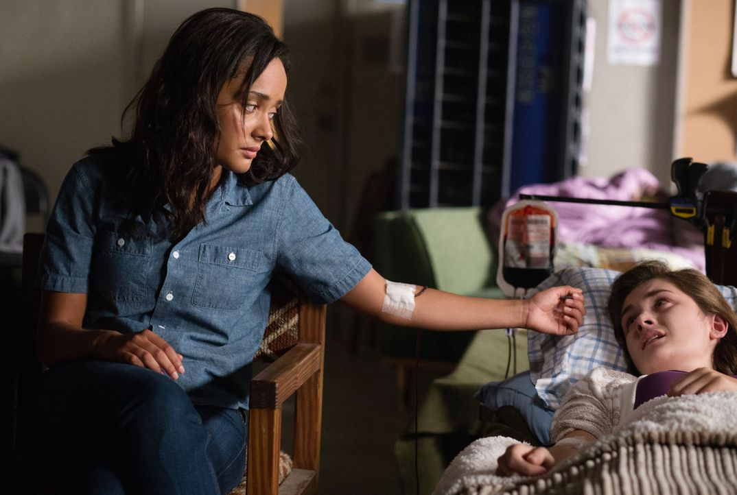 Kann Rebecca (Karla Crome, l.) Melanie (Grace Victoria Cox, r.) noch helfen? - Bildquelle: 2014 CBS Broadcasting Inc. All Rights Reserved.