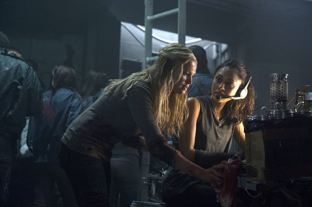 Die Sorge um Finn lässt sogar Clarke (Eliza Taylor, l.) und Raven (Lindsey Morgan, r.) zusammenarbeiten ... - Bildquelle: Warner Brothers