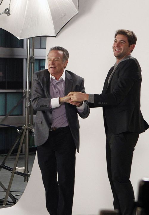 Als Zach (James Wolk, r.) nach einem Fotoshooting als Dank eine Lederjacke von Simon (Robin Williams, l.) geschenkt bekommt, obwohl es Teamarbeit wa... - Bildquelle: 2013 Twentieth Century Fox Film Corporation. All rights reserved.