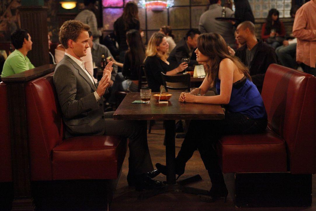 Während sich Robin (Cobie Smulders, r.), nach der Trennung von Barney (Neil Patrick Harris, l.) in die Arbeit stürzt, hat er eine ganz andere Takt... - Bildquelle: 20th Century Fox International Television