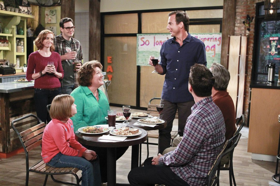 Debbie (Jayma Mays, l.) und Adam (Nelson Franklin, 2.v.l.) präsentieren Nathan (Will Arnett, 3.v.r.), Carol (Margo Martindale, M.), Tom (Beau Bridge... - Bildquelle: 2014 CBS Broadcasting, Inc. All Rights Reserved.