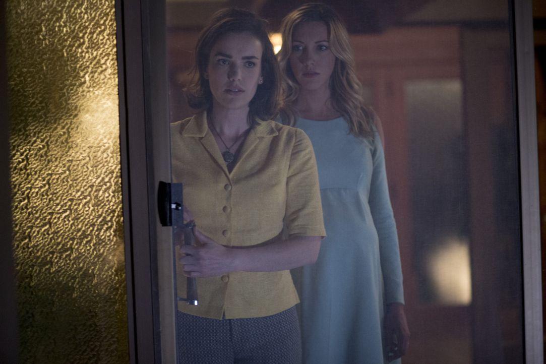 Abigail (Elizabeth Henstridge, l.); Sharon (Katie Cassidy, r.) - Bildquelle: Warner Brothers